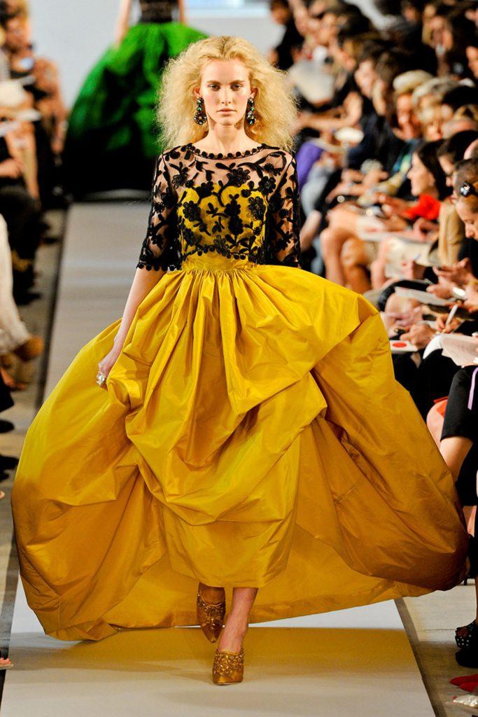 Черный кружевной топ с желтым платьем