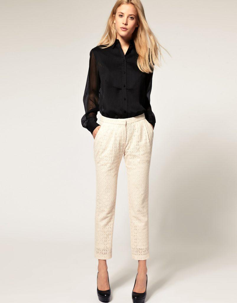 Бежевые кружевные брюки с черной блузкой