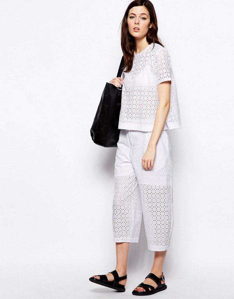 Укороченные кружевные брюки с белой кружевной блузкой