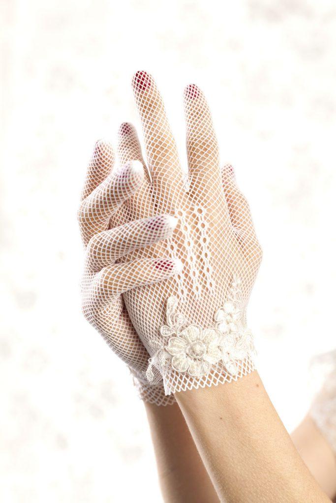 Белые кружевные перчатки с вышивкой
