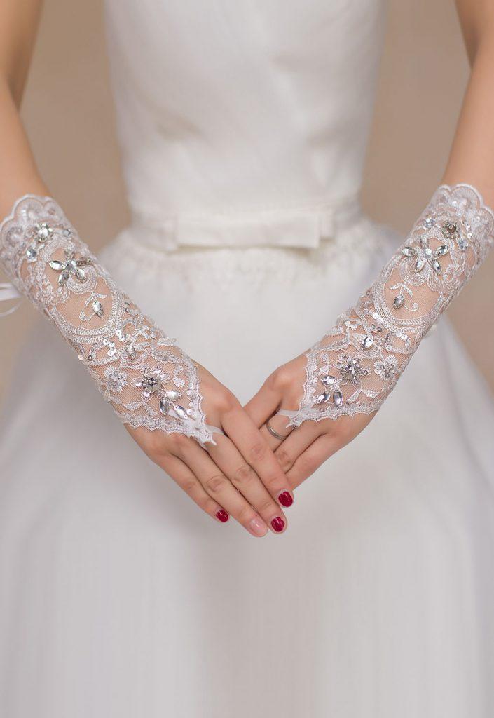 Белые короткие кружевные перчатки без пальцев со стразами