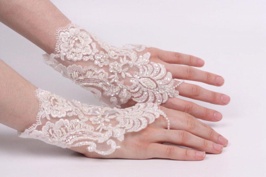 Свадебные кружевные перчатки средней длины