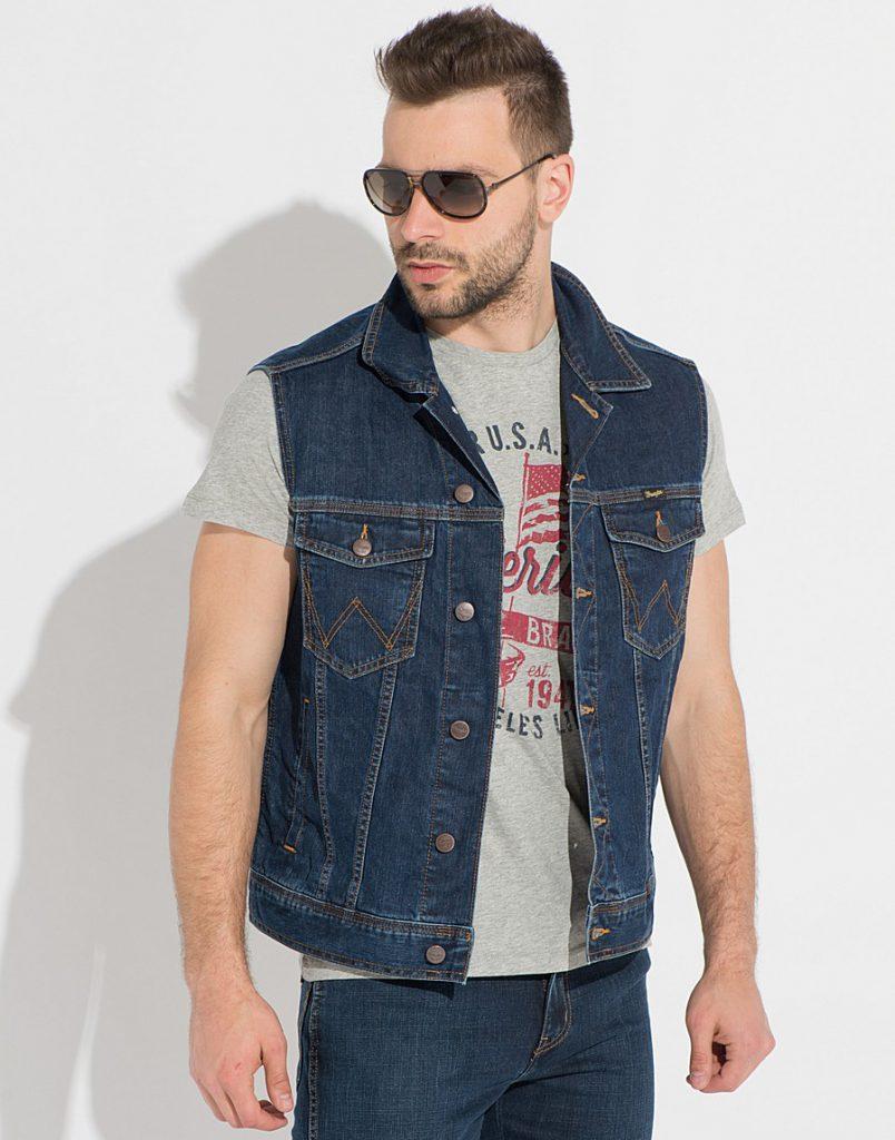 Мужской джинсовый жилет с серой футболкой
