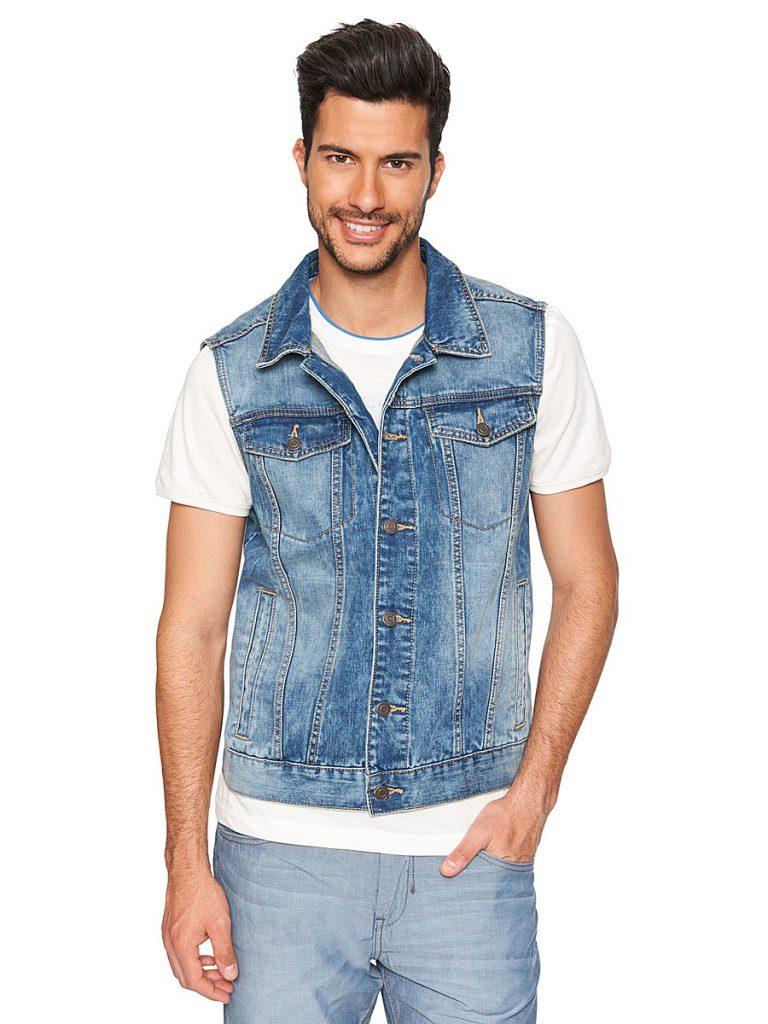 Мужской джинсовый жилет с белой футболкой и голубыми брюками