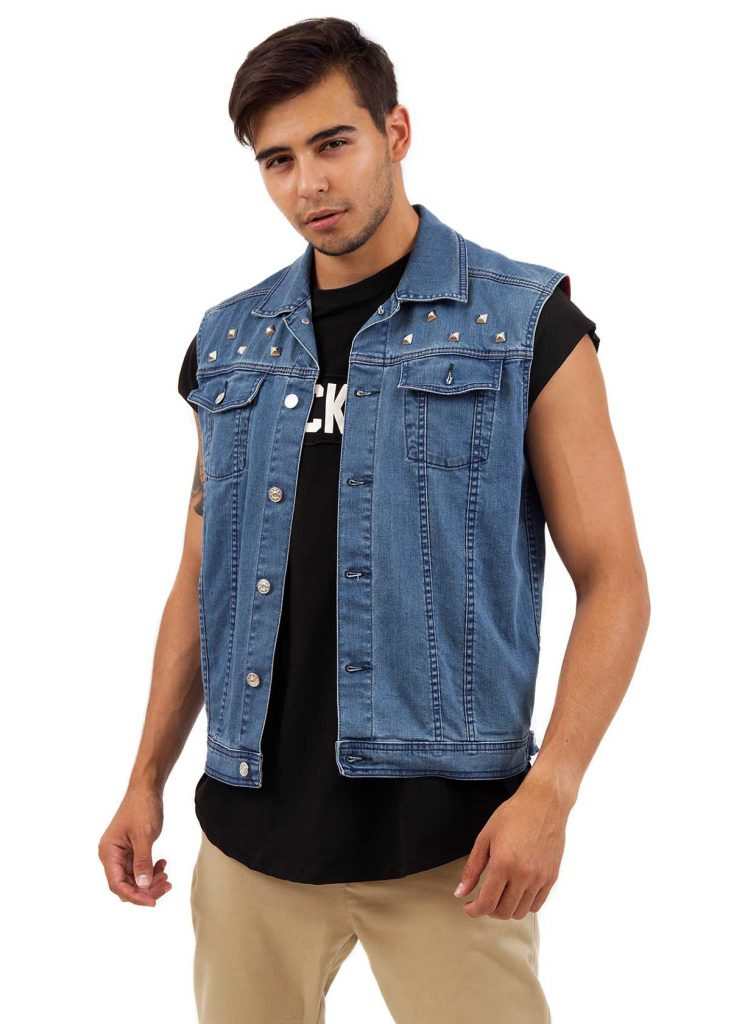 Мужской джинсовый жилет с черной футболкой