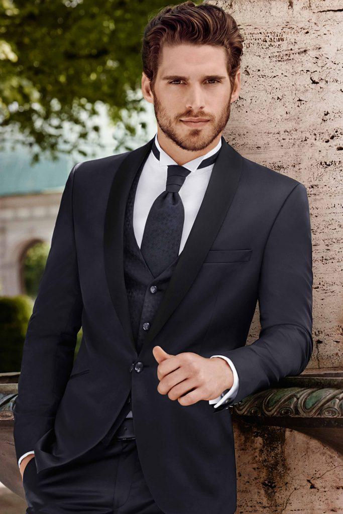 Черный стильный мужской смокинг c галстуком