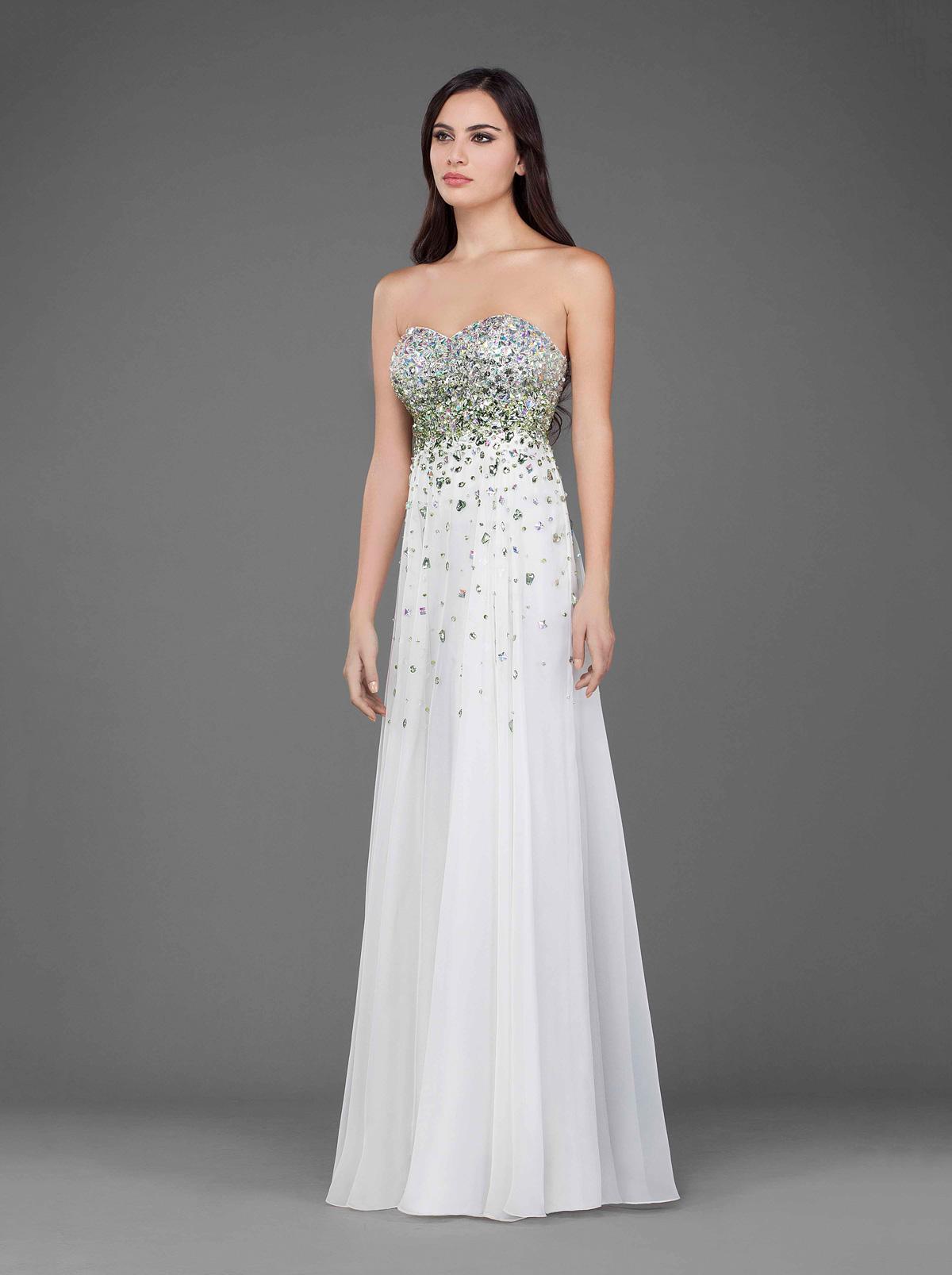 Белое платье расшитое бисером