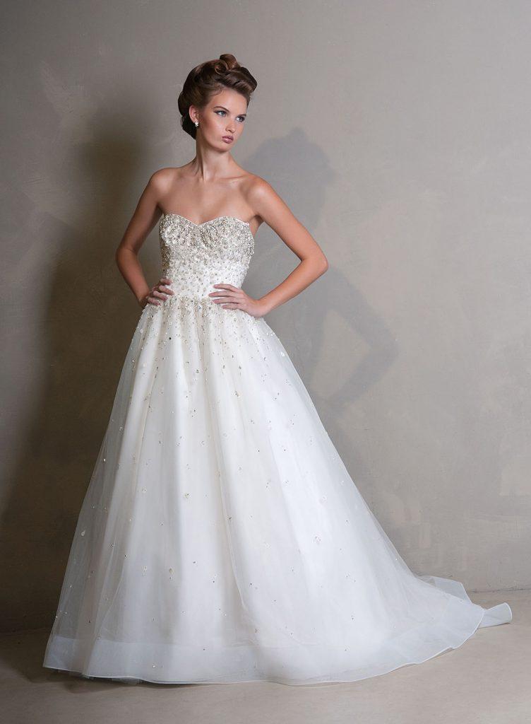 Изящное свадебное платье с камнями
