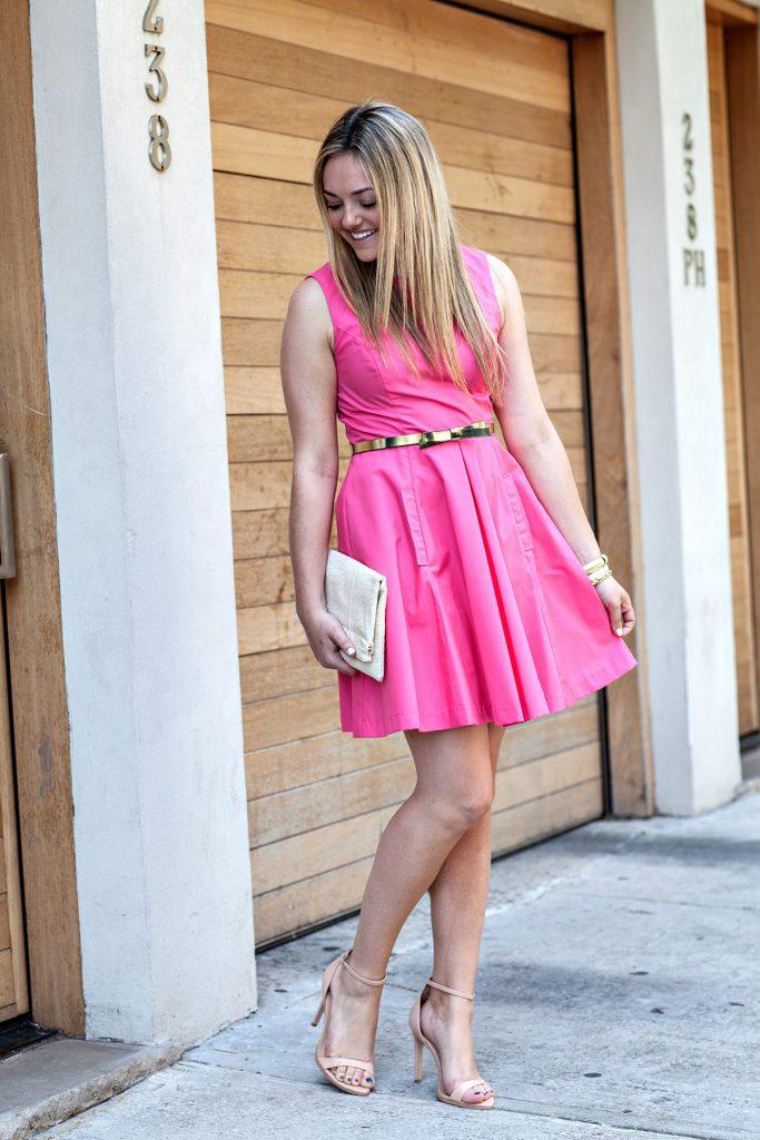 Розовое платье с бежевыми туфлями и клатчем
