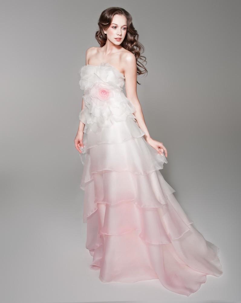 Розово-белое свадебное платье с эффектном омбре
