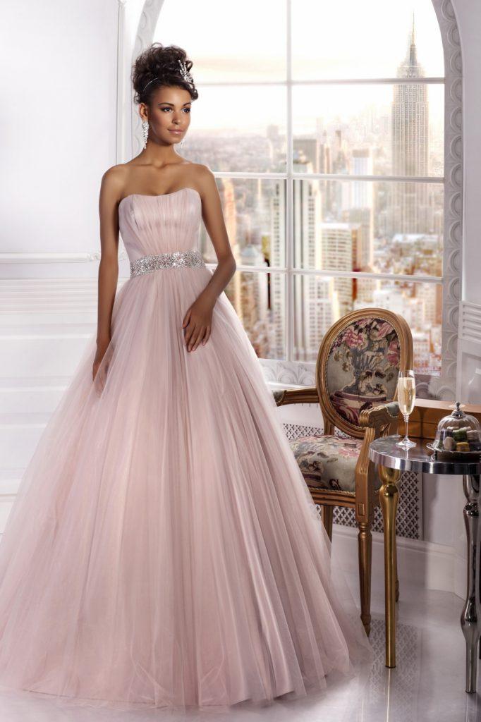 Красивое розовое свадебное платье с пышной юбкой