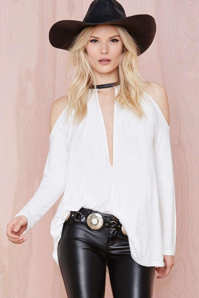 Черно-белая модная рубашка с открытыми плечами