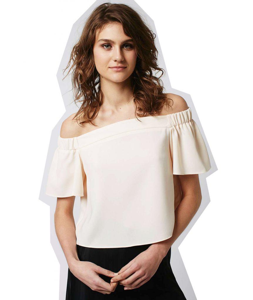 Рубашка персикового цвета с открытыми плечами