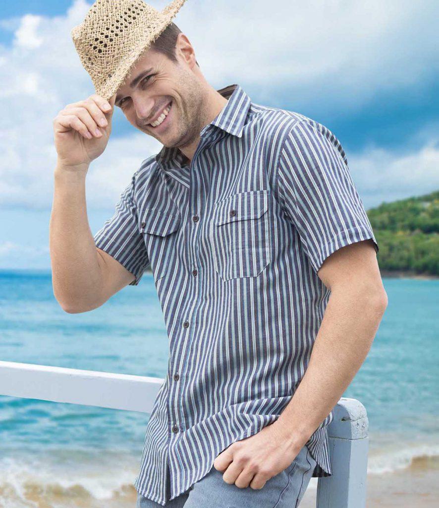 Полосатая мужская рубашка с короткими рукавами с джинсами