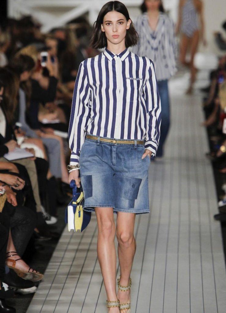 Женская рубашка в полоску с джинсовыми шортами