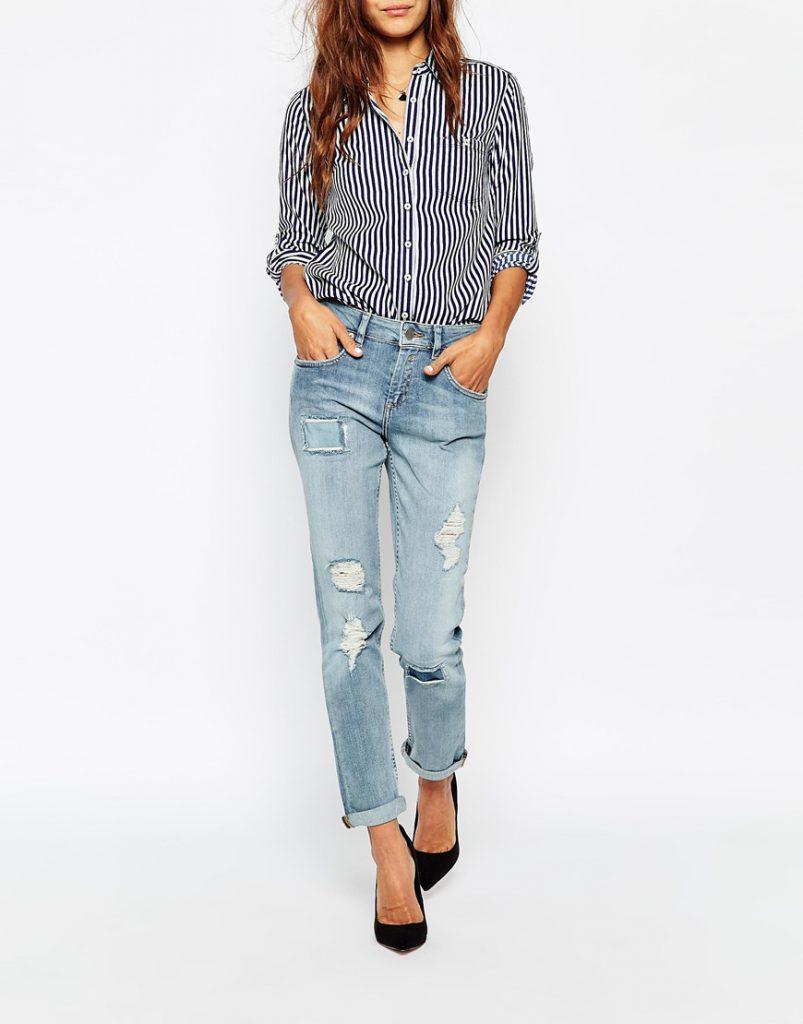 Женская рубашка в полоску с джинсами