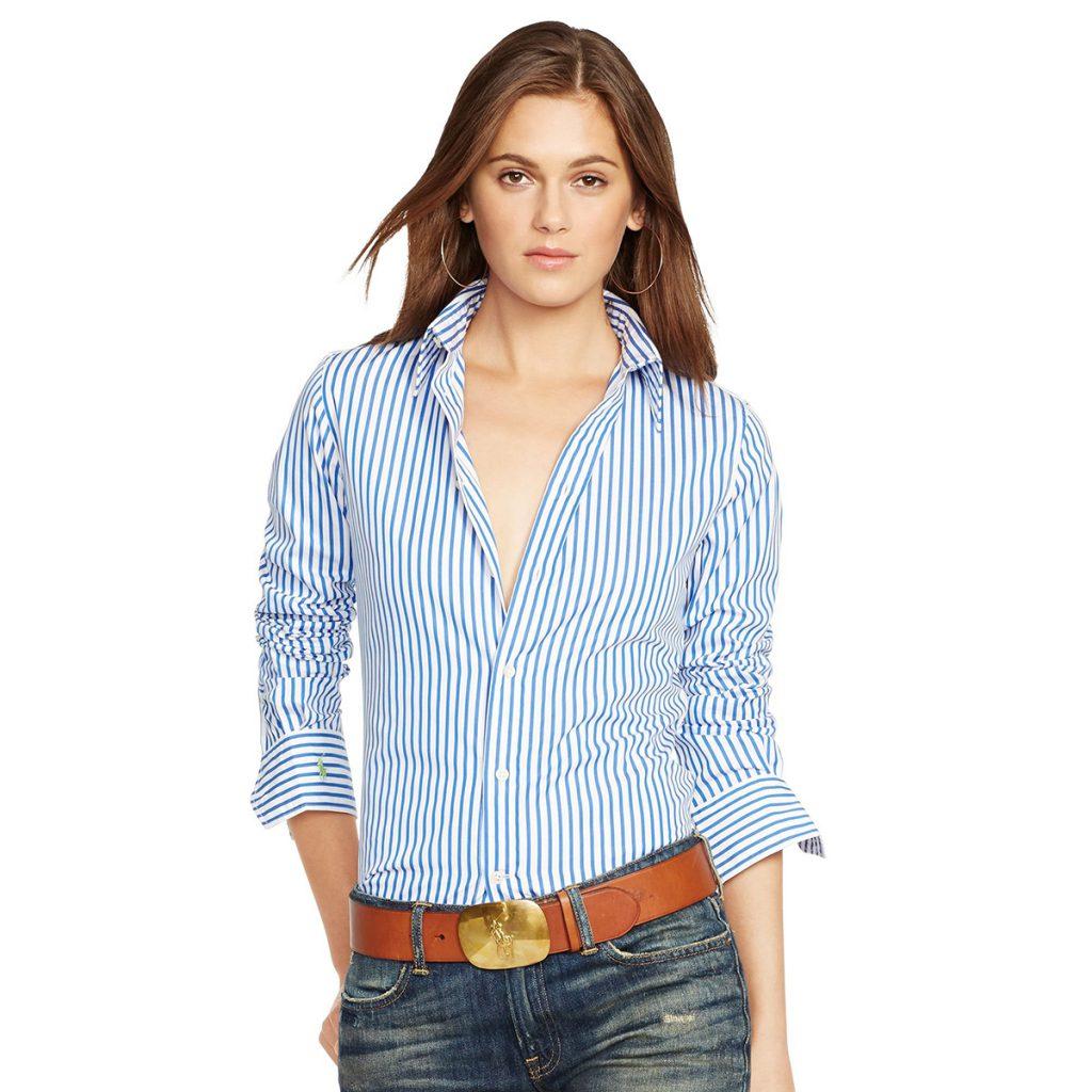 Бело-голубая женская рубашка в полоску с джинсами
