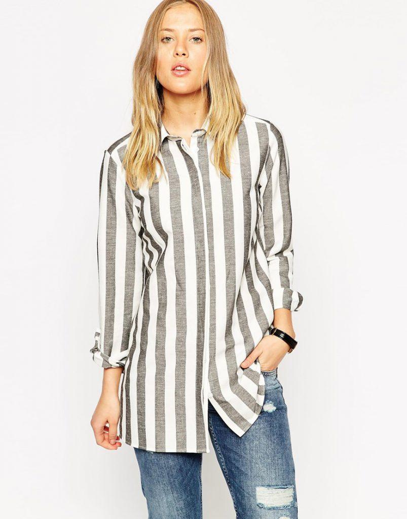 Серо-белая женская рубашка в широкую полоску с джинсами