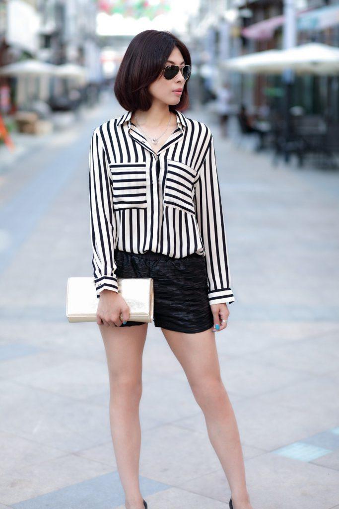 Женская рубашка в полоску с черными шортами