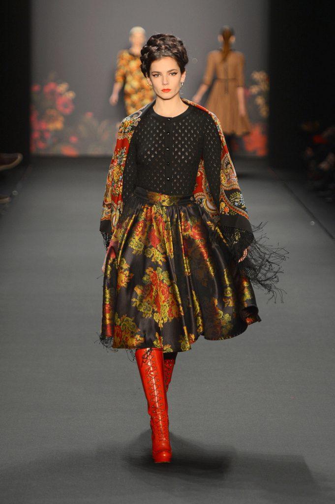 Юбка и платок в русском стиле