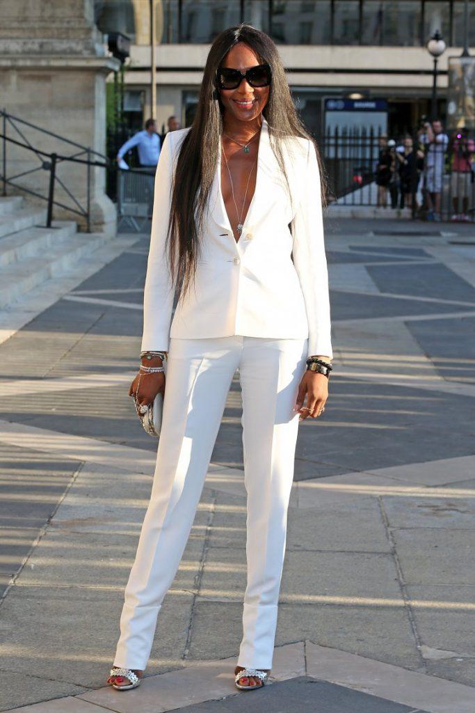 Серебристые туфли с белым костюмом