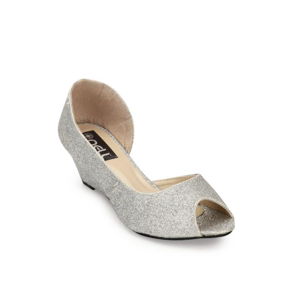 Стильные свадебные серебристые туфли