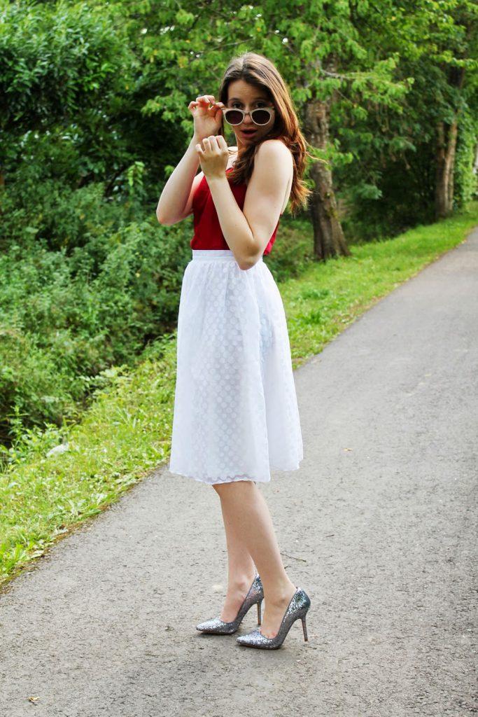 Серебристые туфли с юбкой и блузкой