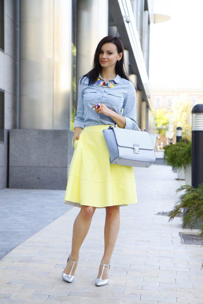 Серебристые туфли с желтой юбкой и голубой рубашкой
