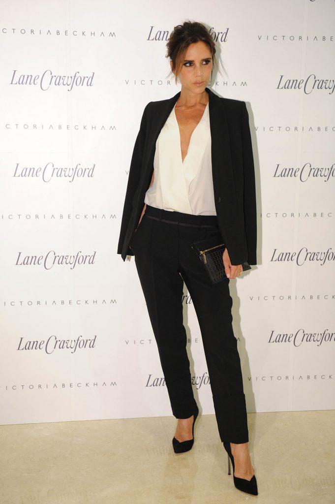 Образ Виктории Бекхэм с черным костюмом и белой блузкой