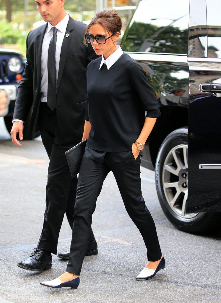 Уличный черно-белый образ Виктории Бекхэм