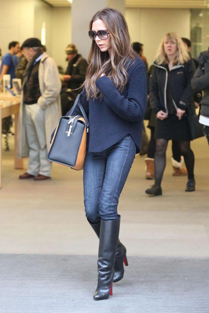 Уличный образ Виктории Бекхэм с джинсами, свитером и сапогами