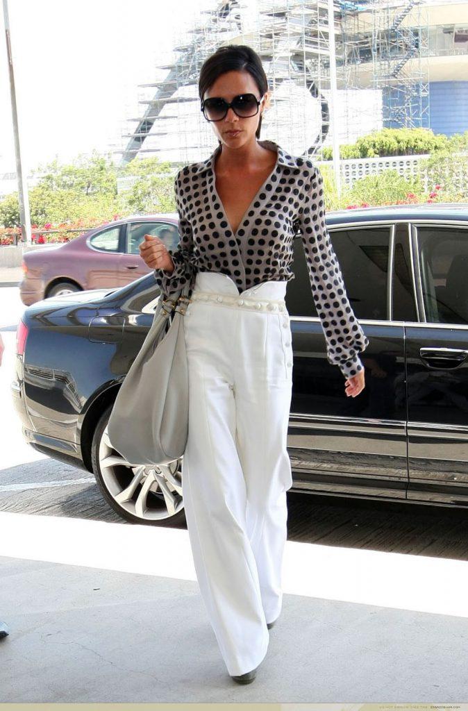 Образ Виктории Бекхэм с белыми брюками и блузкой в горошек