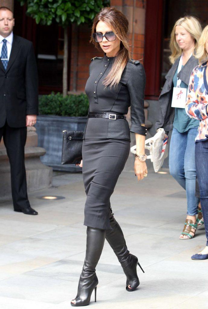 Образ Виктории Бекхэм с черным платьем, сапогами и клатчем