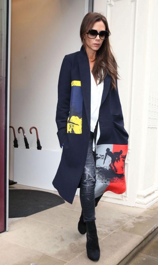 Образ Виктории Бекхэм с черными очками и синим пальто