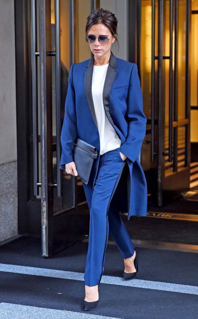Образ Виктории Бекхэм в синем костюме