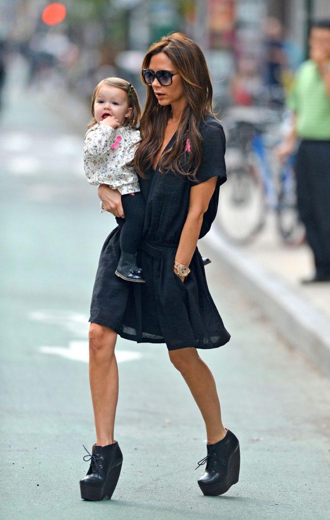 Образ Виктории Бекхэм с черным платьем и ботильонами