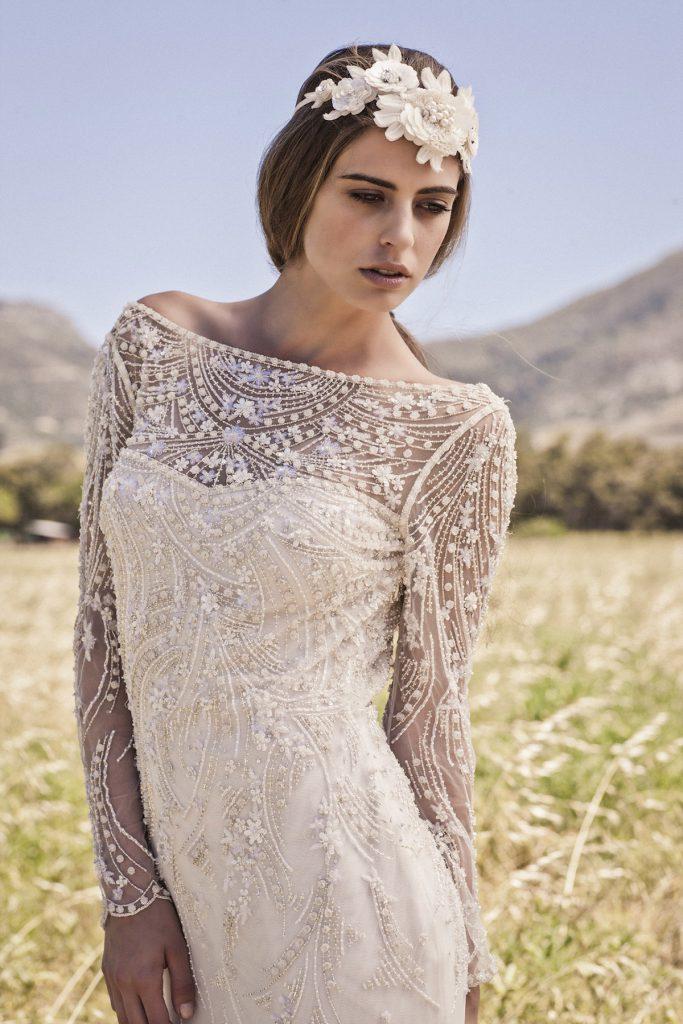 Модное кремовое платье невесты с украшениями и вышивкой в стиле бохо шик