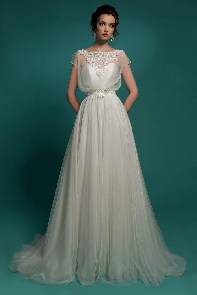 Свадебное платье в стиле ампир с пышной юбкой и вышивкой