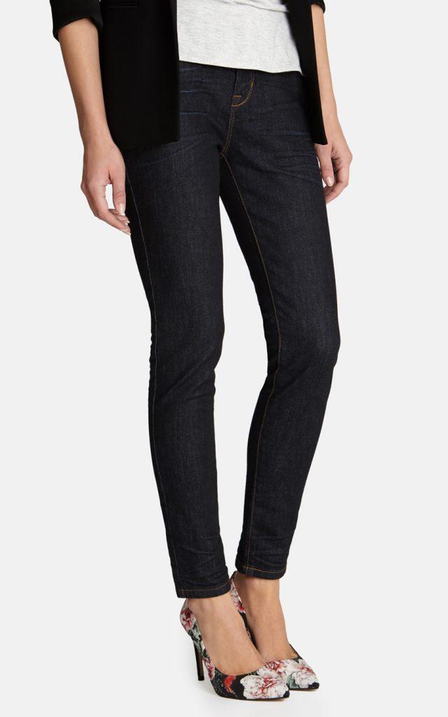 Туфли с цветочным принтом с черными брюками