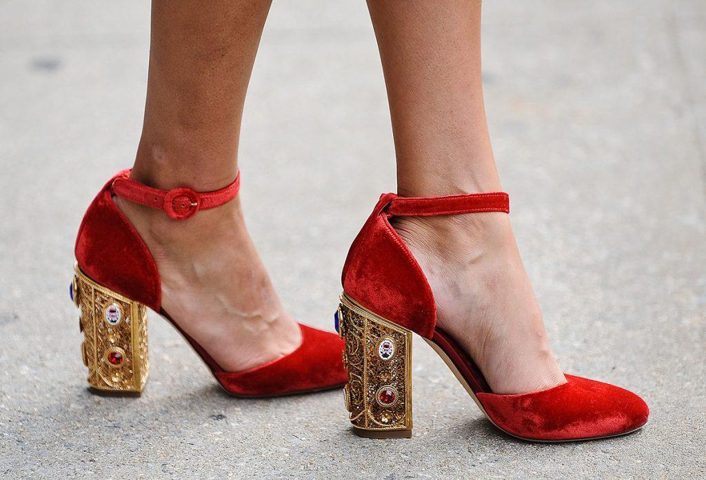 Красно-золотые туфли с круглым носом