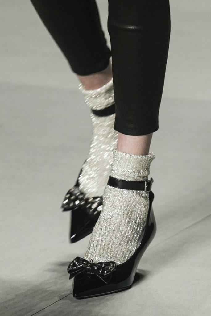 Черные туфли с серебристыми носками