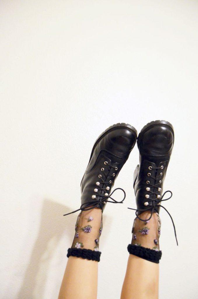 Черные туфли с цветочными носками