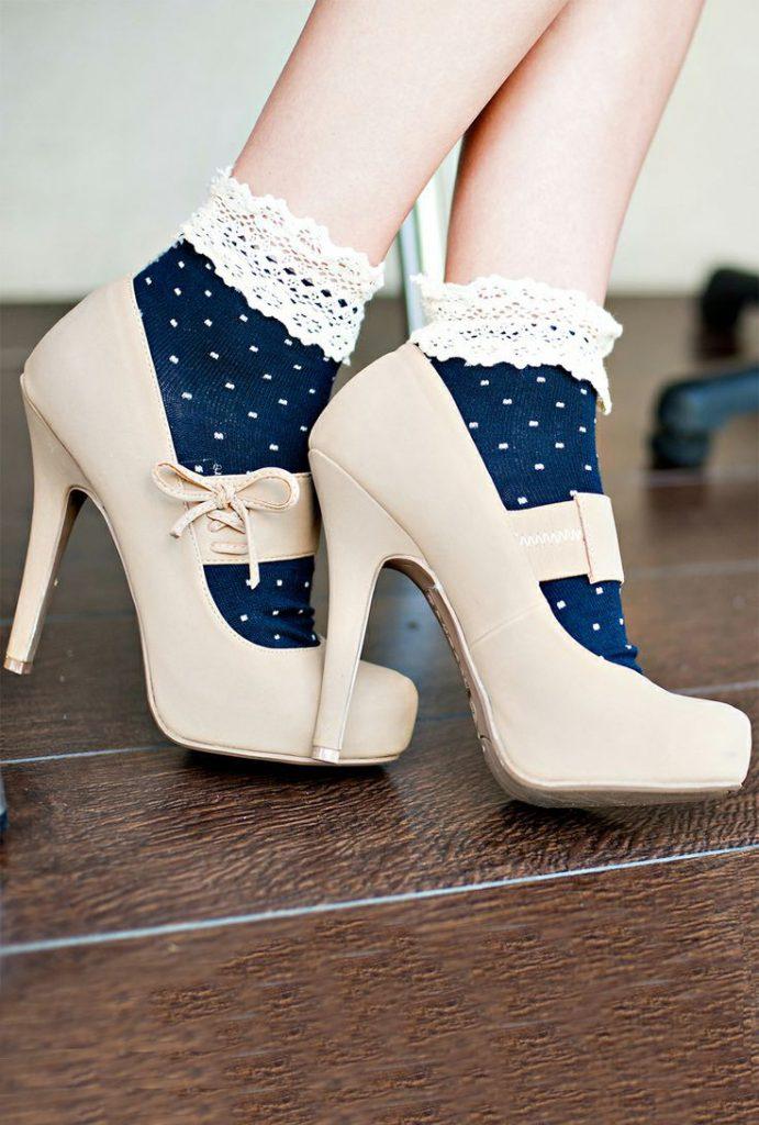 Бежевые туфли с сине-белыми носками
