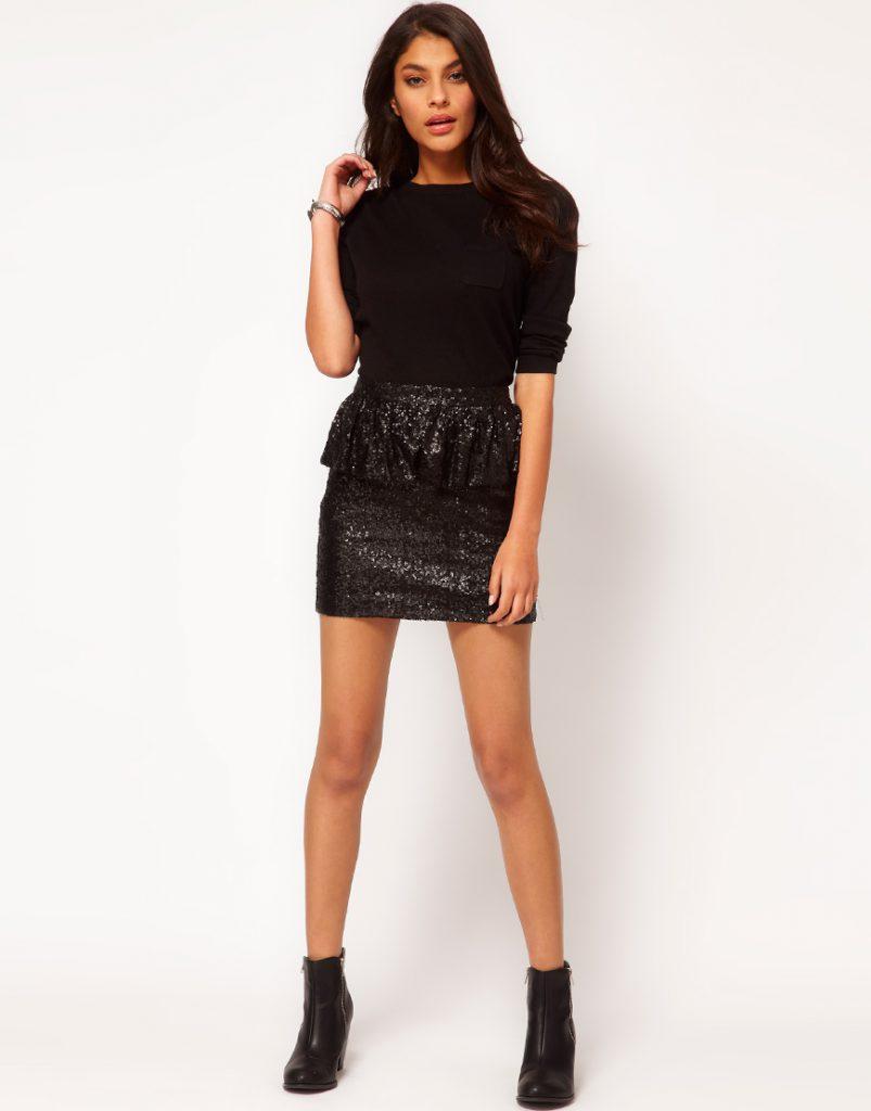 Черная короткая юбка с пайетками с черной кофтой и ботинками