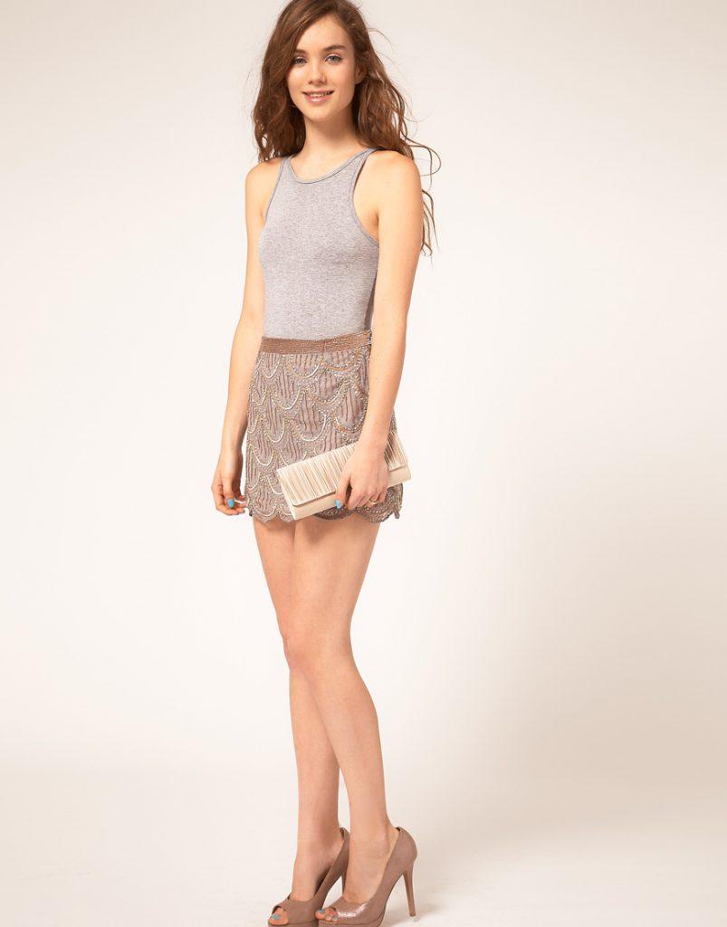 Кремовая короткая юбка с пайетками с серой майкой