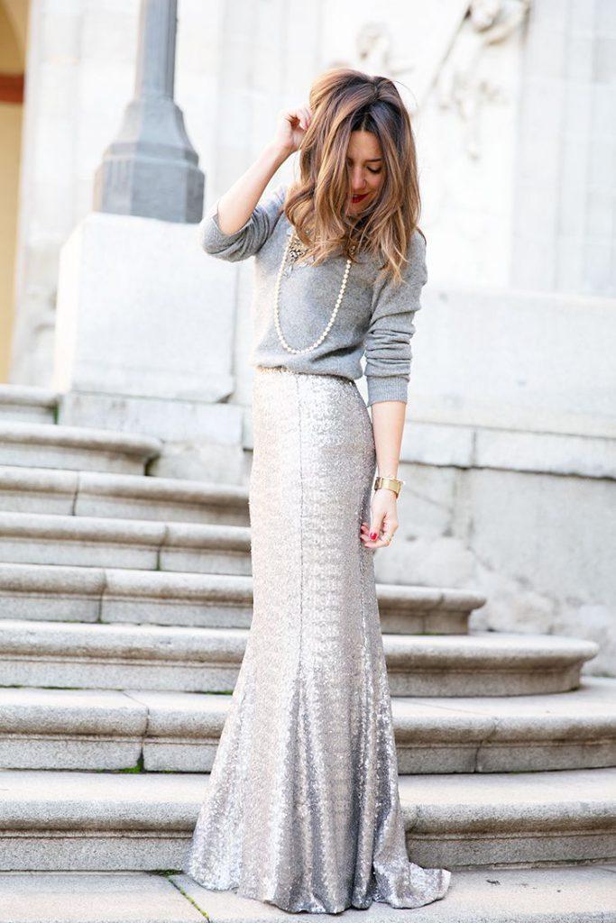 Длинная серебристая юбка в пол с серой кофтой