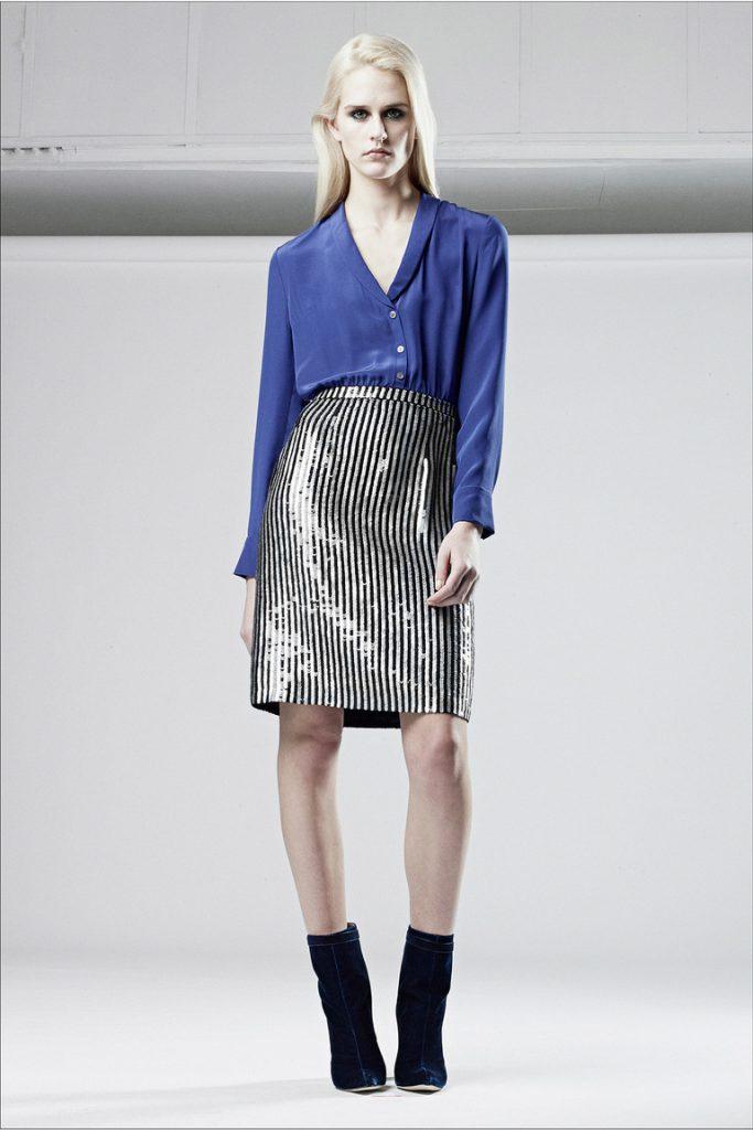 Блестящая полосатая юбка карандаш с синей блузкой