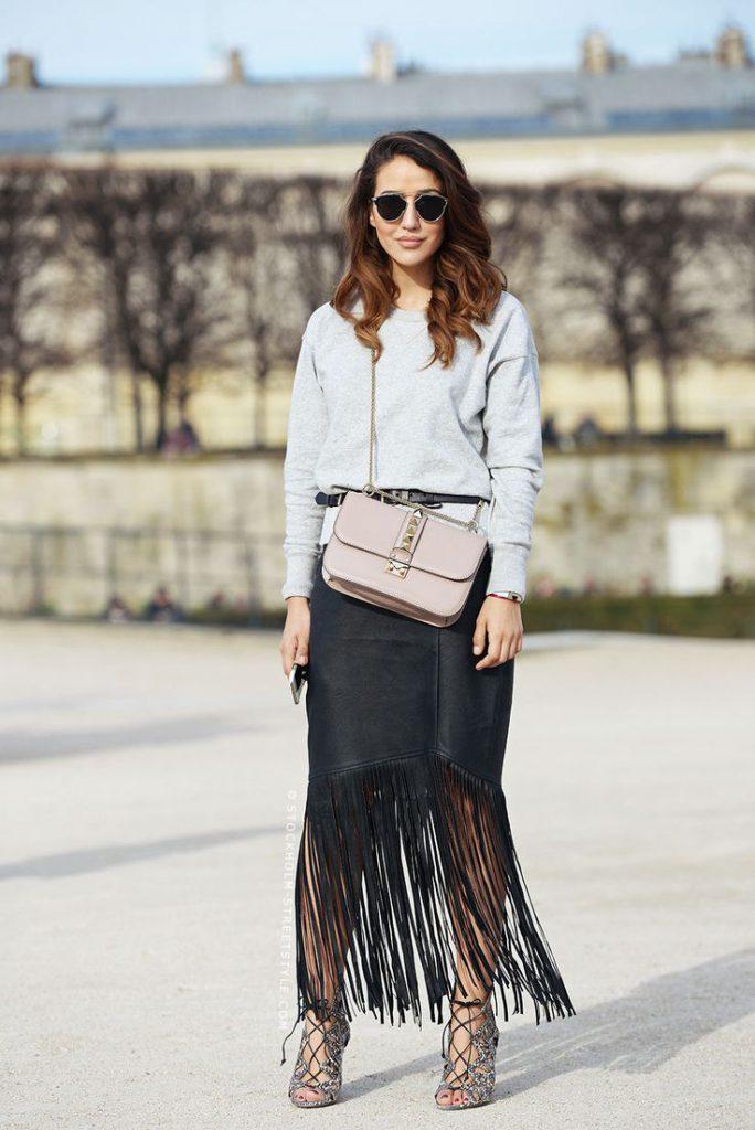 Черная замшевая юбка с бахромой с серым свитшотом