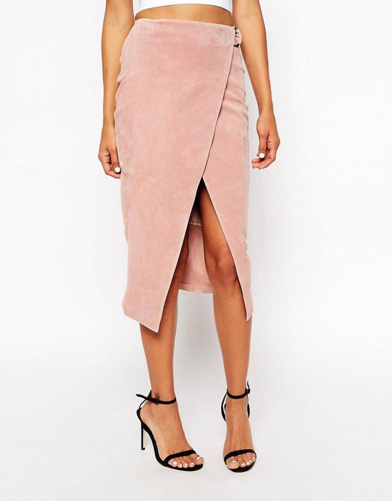 Розовая замшевая юбка с черными туфлями