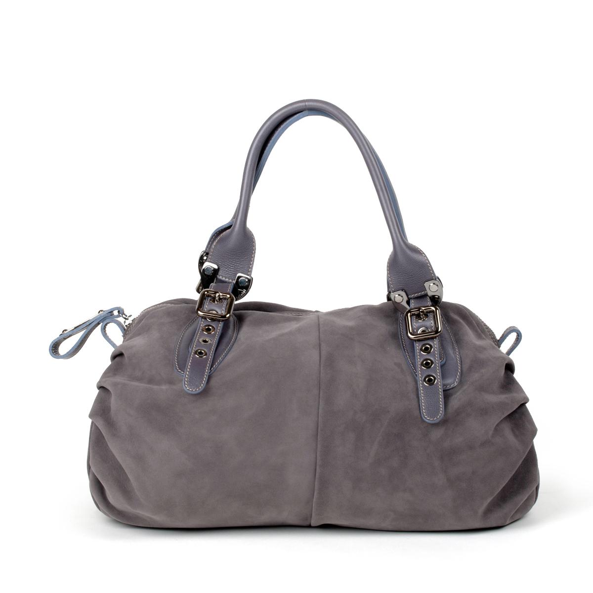 Стильная замшевая сумка с бахромой Серая замшевая сумка Образ с черной ... ad3b89a4d08